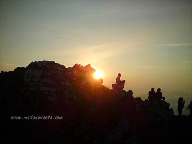 Sunrise di Puncak Gunung Sibayak