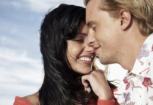 أشياء غريبة يعشقها الرجل في المرأة - رجل يحب امرأة - حب ورومانسية - man loves adore woman