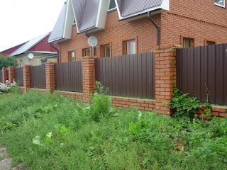 Забор из профлиста с кирпичными столбами. Фото 34