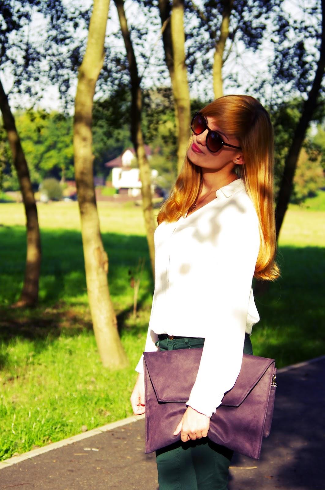 moda, czarna, kopertówka, biała, koszula, zielone, spodnie, fashion, strój dnia, ourfit, of, the, day, zestaw, model, rudowłosa, ruda, dziewczyna, czerwone, szpilki