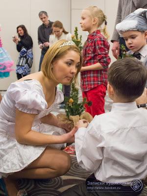 Детям объясняют, как надо ухаживать за елочкой