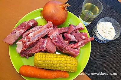 Ingredientes de las costillas con maíz: costillas, maíz, cebolla, zanahoria, ...