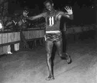 Abebe Bikila,  Juara maraton Olimpiade pada tahun 1960,  berlari tanpa alas kaki untuk  kemenangan pertamanya.