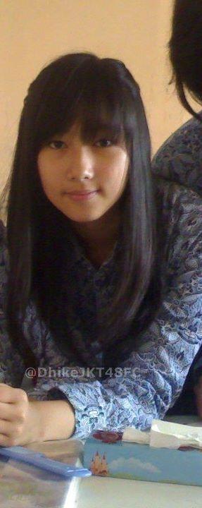 Dhike JKT48 memakai seragam sekolahnya