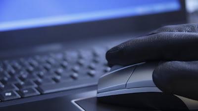 Un virus informático que busca robar datos de documentos de identidad de los venezolanos a través de internet utiliza un archivo que promete revelar información sobre la reciente elección presidencial, advirtió el viernes la compañía de seguridad digital Kaspersky Lab. Dmitry Bestuzhev, director del equipo de investigación y análisis en Latinoamérica de la empresa con sede en Moscú, dijo que el software malicioso fue detectado después de la elección presidencial del 7 de octubre. Señaló que al menos 75 clientes de Kaspersky han sido atacados, pero que la cifra real es más alta. Bestuzhev señaló en una bitácora en internet