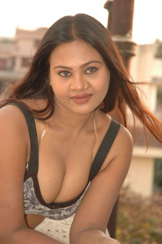 Hot telugu actress swapna hot cleavage navel and thigh show
