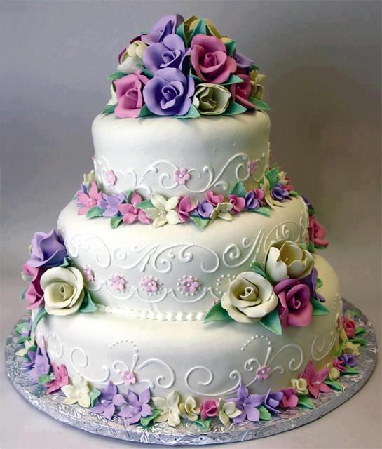 Bonito pastel de cumplea os blanco decorado con rosas de for Pisos bonitos decorados