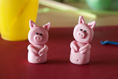 Pujsa sedeča iz tičino mase - Pig from fondant