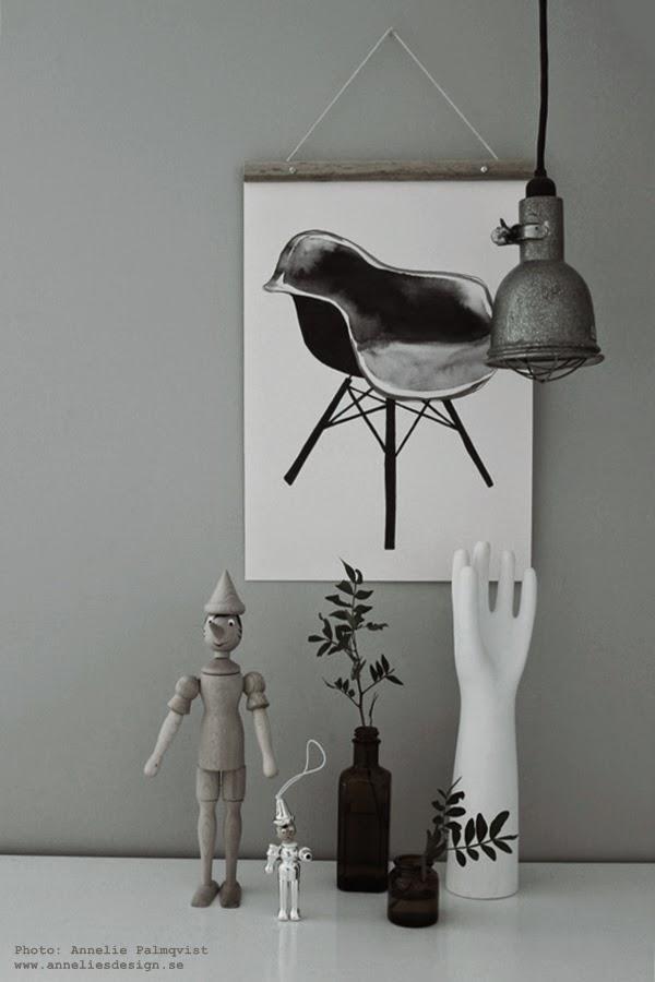 posterhängare, webbutik, inredning, inredningsbutik, webshop, poster, posters, hängare, trärena hängare för tavlor, tavla, svartvitt, svartvita, svart och vitt, grått, pinocchio, vit hand,