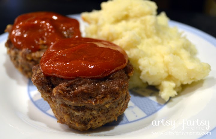 Perfect Mini Meatloaf at artsyfartsymama.com #recipe #easydinner #lowcarb