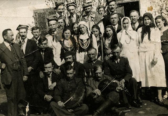Wąsosz Stara Wieś, kierownik szkoły Jakub Adamski (pierwszy od lewej) z mieszkańcami. Fotografia wykonana ok. 1930 roku. Fotografię udostępniła p. Zdzisława Piotrowska z d. Szpindler.