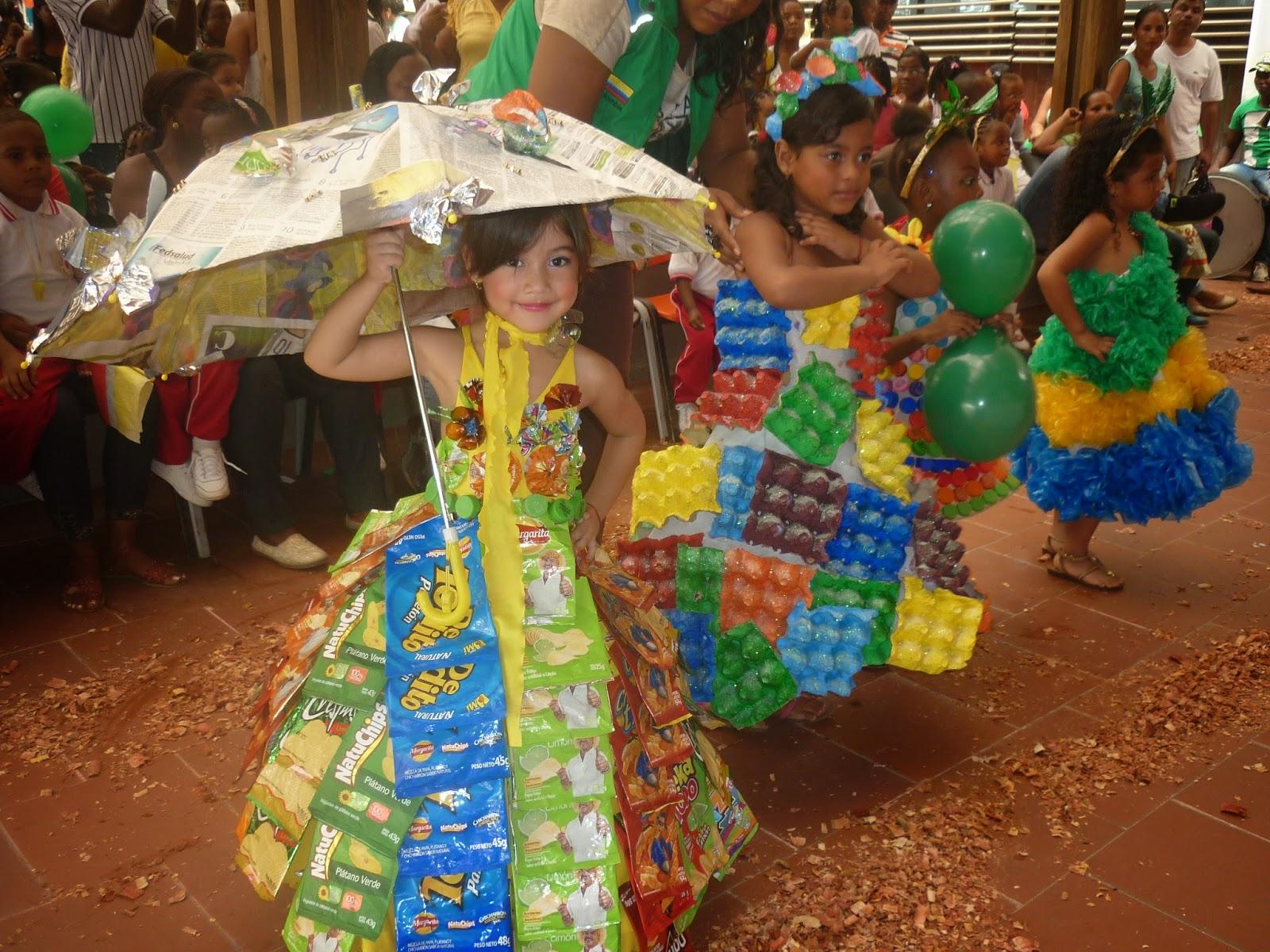 trajes elaborados con empaques de papitas margarita cartón tapas de