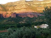 La masia de La Pineda i a la seva esquerra la Roca Rodona