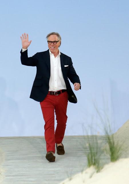 Tommy Hilfiger caminando el runway en la presentación de su colección en la semana de la moda de NY