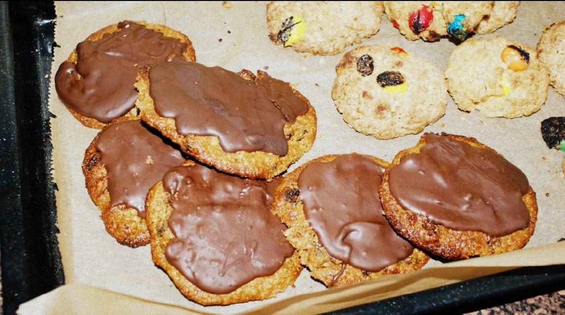 http://www.brulionspadochroniarza.pl/2015/01/ciastka-owsiane-z-kajmakiem-i-czekolada.html