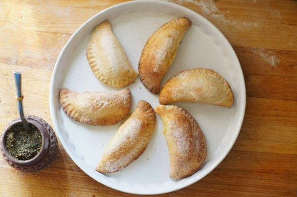 empanadas dulces rellenas de queso manchego y un pan de mermelada de higos