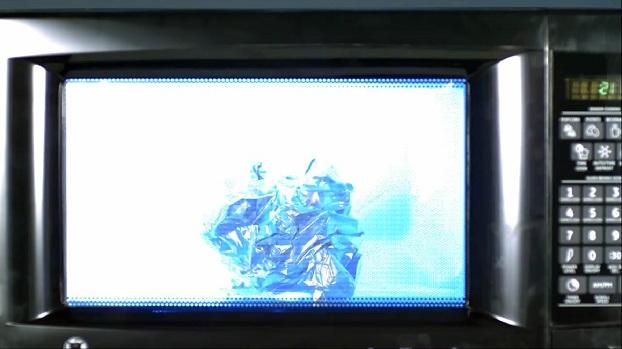 ¿Qué pasa si metes papel de aluminio en el microondas?
