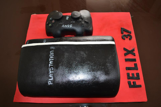 Tarta torneada Playstation 3 fondant y mando Sony Sugar Dreams Gandia