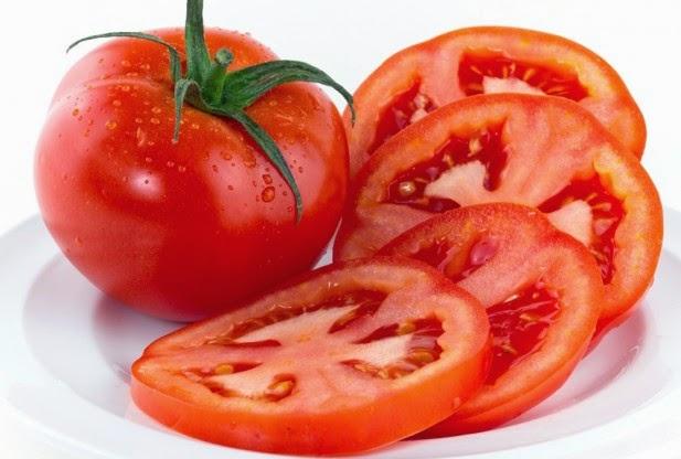 Đắp mặt nạ trị nám cà chua