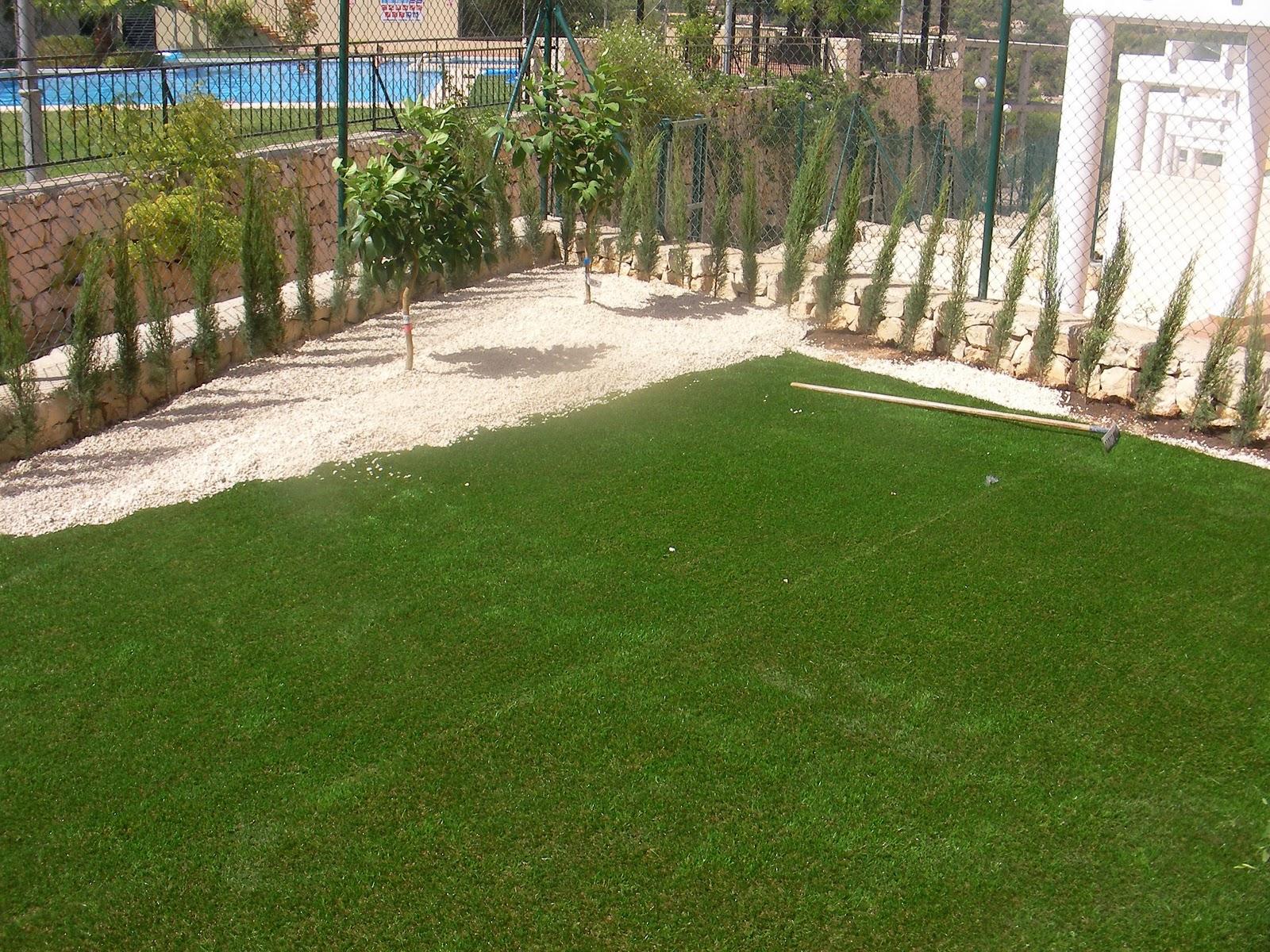 Ideagarden jardin con cesped artificial en calpesol for Jardines con cesped