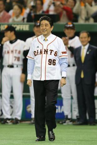 96番のユニホームを着て安倍首相が登場