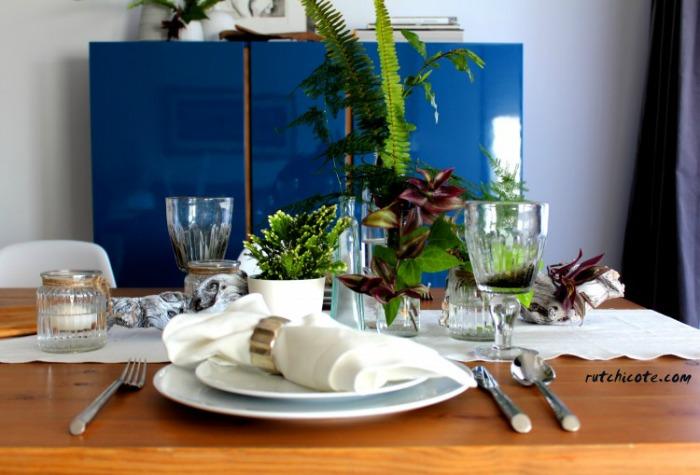 Mesa romántica con vidrio, flores, velas,