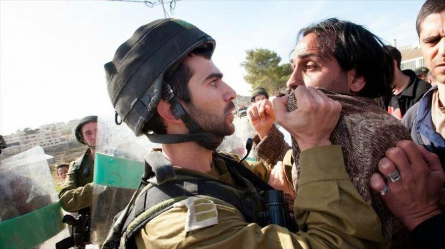 Militares israelíes cargan contra manifestación pacífica de palestinos