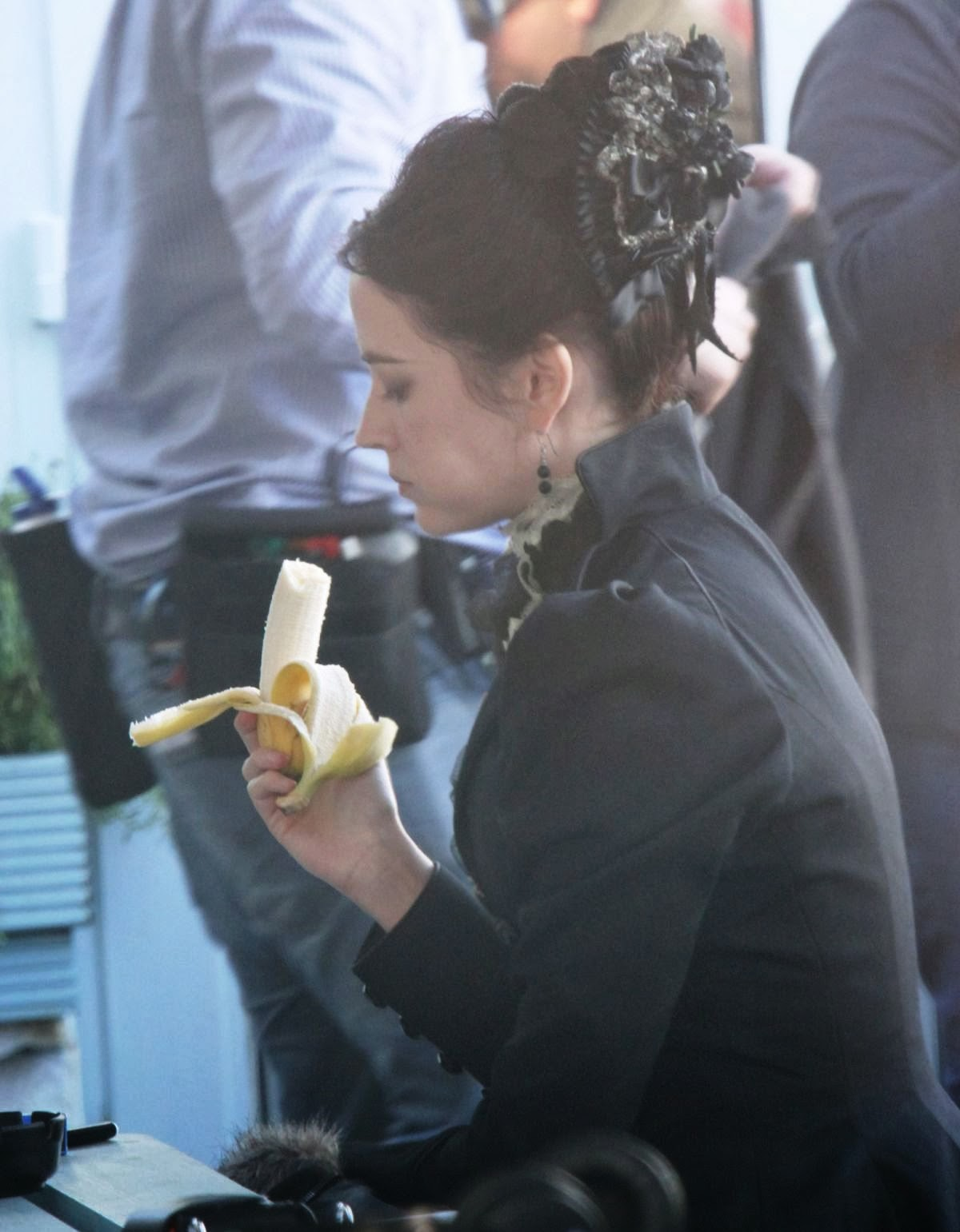 http://3.bp.blogspot.com/-jCxOFr5QYTk/Ut2KYs0cdYI/AAAAAAAAQhk/Jo3klEhwbUY/s1600/eva-green-on-the-set-of-penny-dreadful-in-ireland_6.jpg