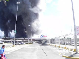 Incendio afecta a Multicentro La Sirena de la Av. Charles de Gaulle