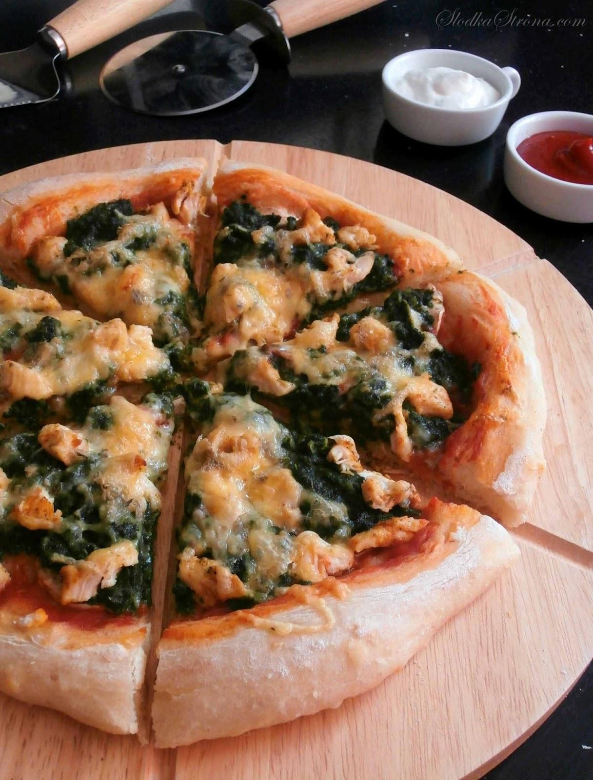 Pizza ze Szpinakiem, Kurczakiem i Serkiem Pleśniowym - Przepis - Słodka Strona