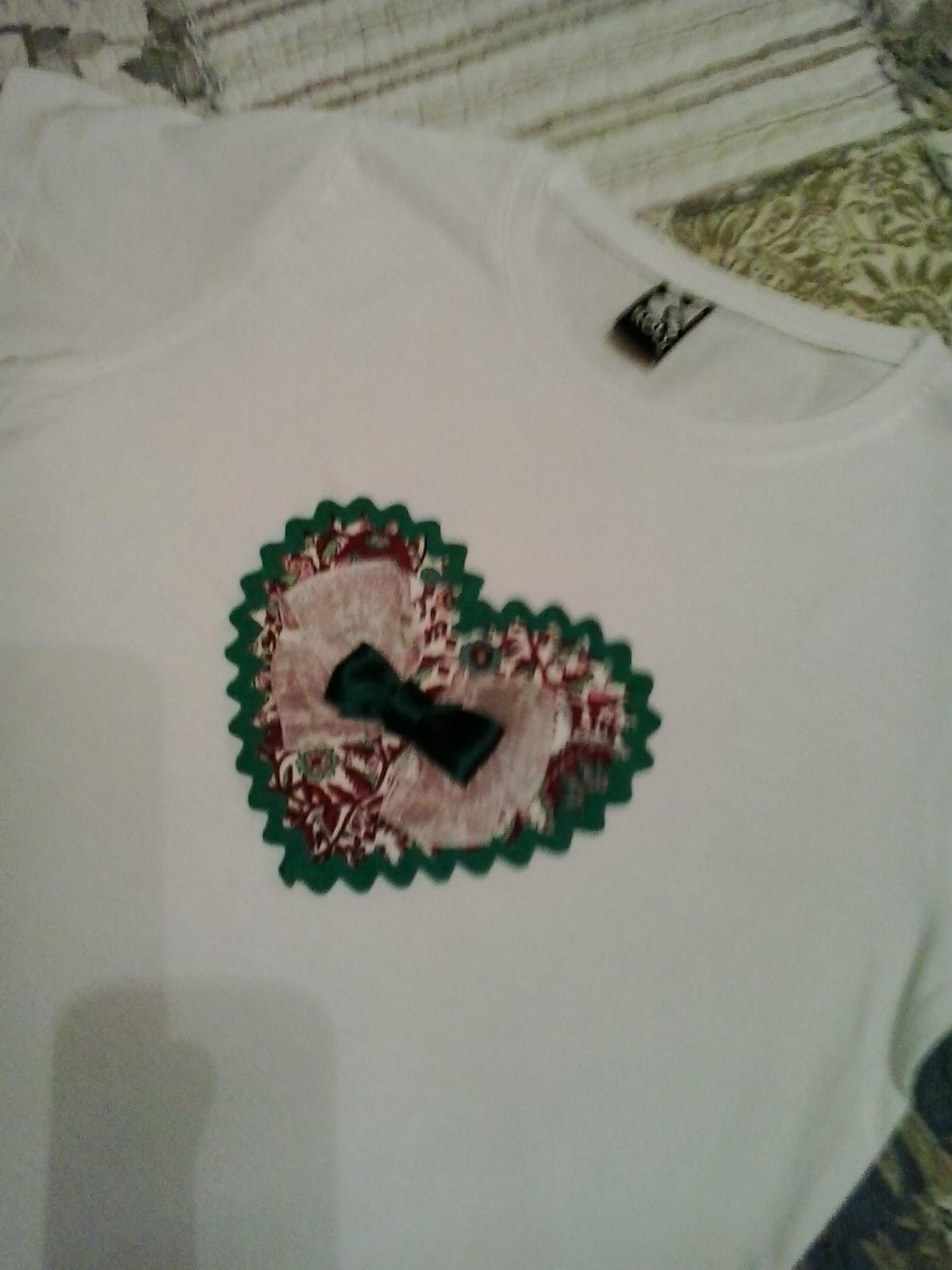 camiseta de mujer con aplicación de corazon estampado y tripa de pollo verde