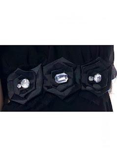Vestido de fiesta cuello halter, asimétrico y con cinturón alto de flores