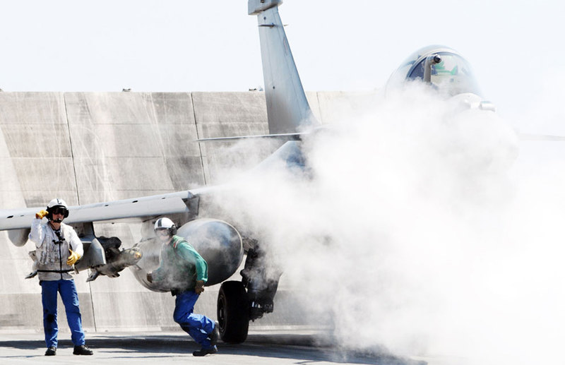 marine et aéronavale Steam+on+board+the+CDG+Carrier+prior+a+Catapult+launch+of+a+French+Rafale+navy+Fighter