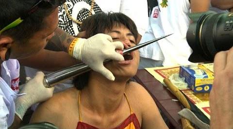 Dor e sofrimento em ritual de purificação! Imagens fortes e chocantes!