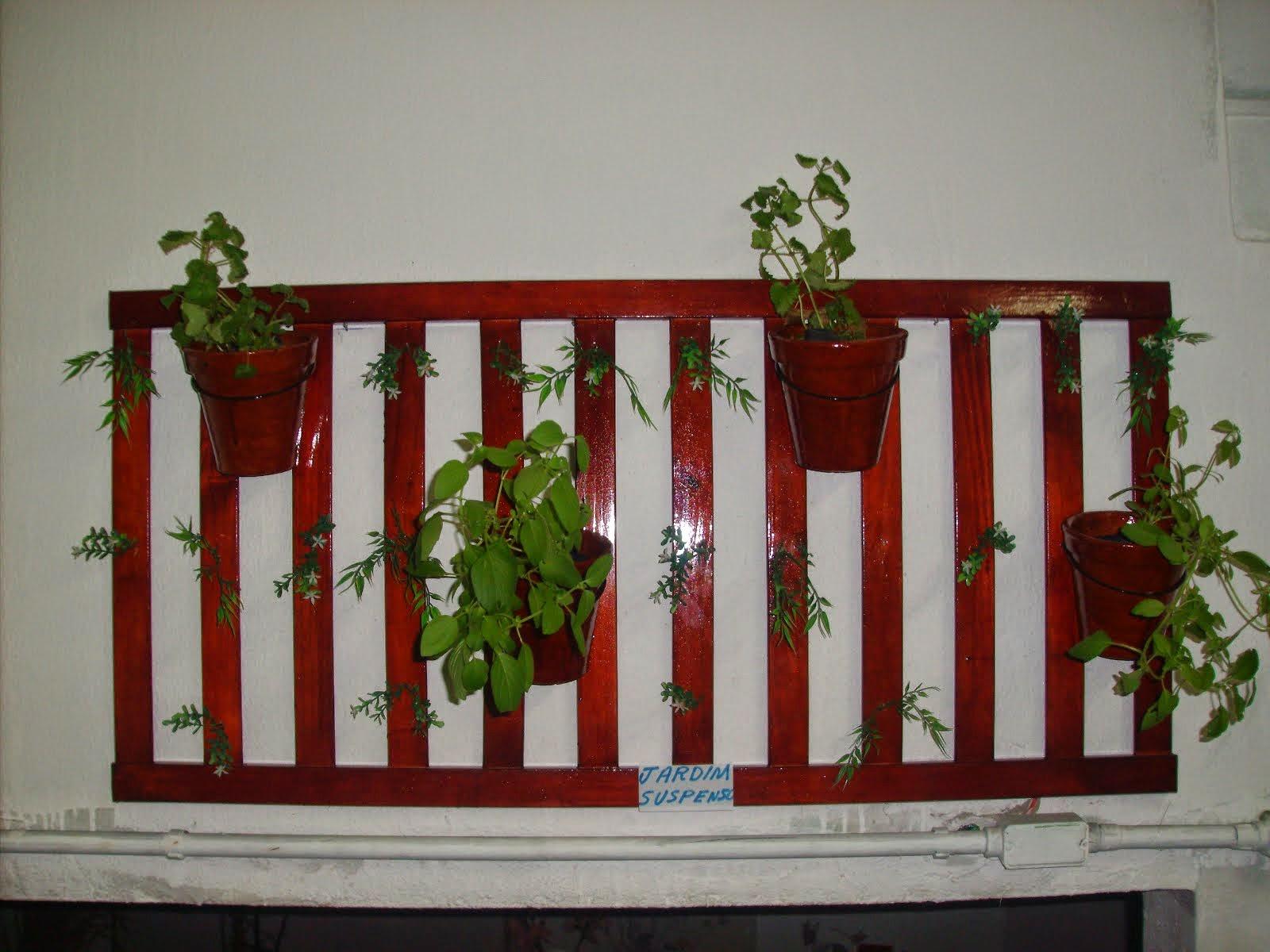 Jardim suspenso em madeira com 4 vasos