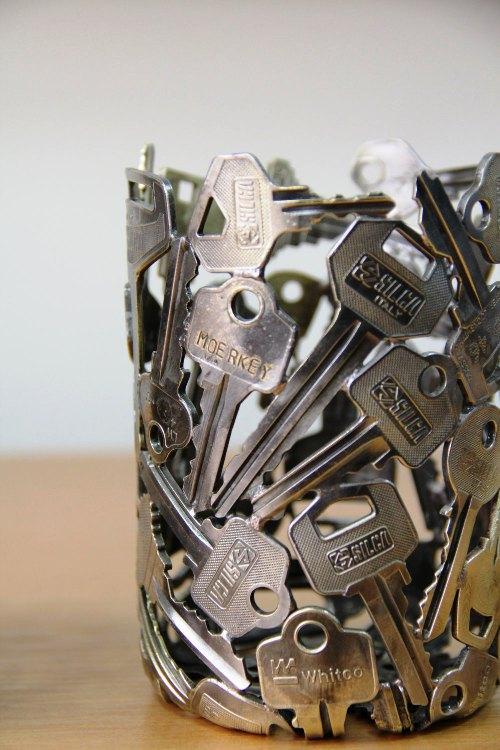 ديكور للإضاءة مصنوع بالمفاتيح القديمة