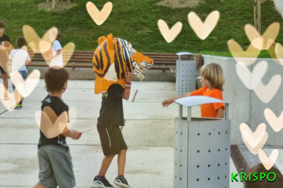 cabezudo de tigre en parque infantil
