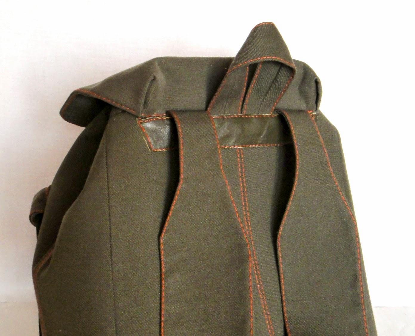 Темный рюкзак - удобные плечевые накладки, лямки регулируются по длине