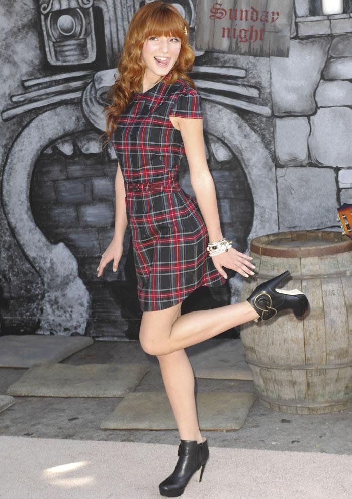 Look: Vestido xadrez e Bota salto alto cano curto
