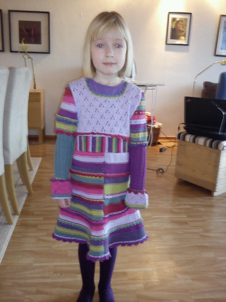 Her er en strikket og heklet kjole i lerke fra dale garn det tok meg