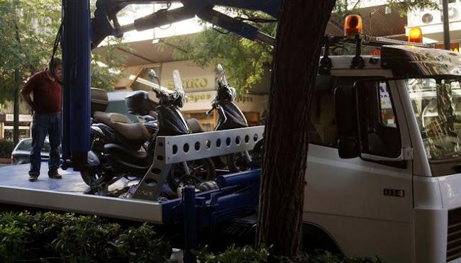 Αθήνα: 37χρονος ρομά  έκλεψε «γερανό» στην Πέτρου Ράλλη, πήγε ανάποδα στην εθνική και χτύπησε έξι οχήματα