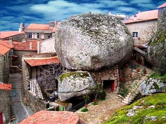 قرية برتغالية كاملة موجودة فوق وبين صخور عملاقة