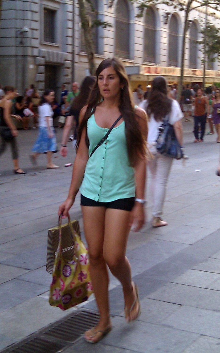 chicas descuidadas en la calle: