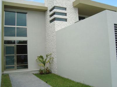 Fachadas minimalistas lujosa entrada con acabados for Acabados fachadas minimalistas
