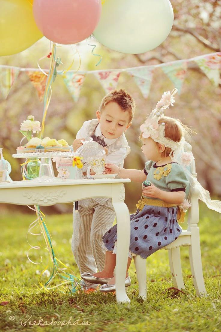 Niños jugando en el jardin con globos