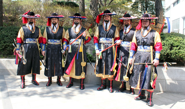 Grupo de guardias vestidos con el traje típico coreano