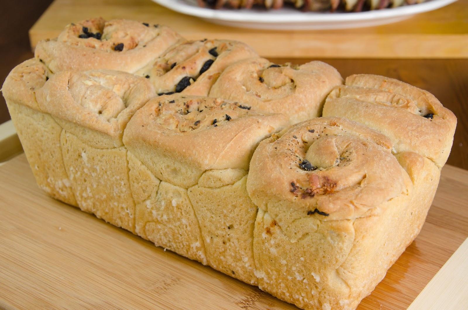 Chleb biały, drożdżowy z kozim serem, oliwkami i ziołami, do odrywania