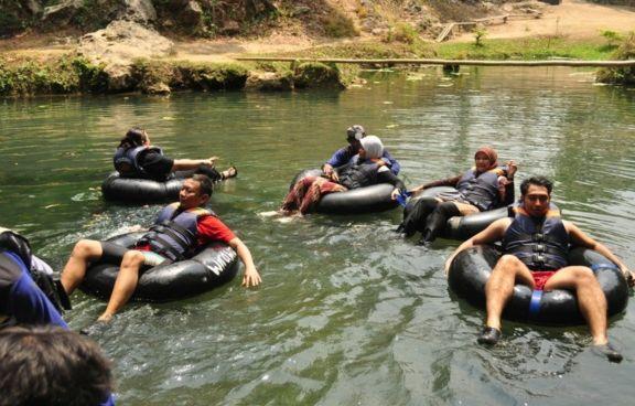 Suasana susur sungai Oya di sekitaran Goa Pindul