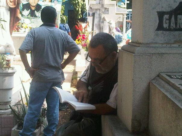 Leyendo en el panteón Civil
