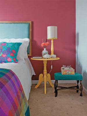 rosa, azul turqueza, quarto pequeno, mesinha amarela
